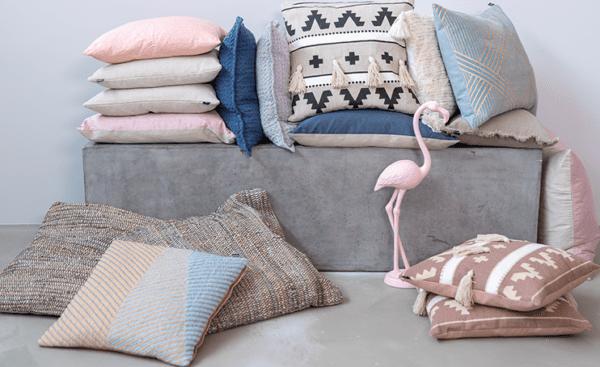 Sisustustyynyt ja tekstiilit, kuten torkkupeitot, pehmentävät kodin ilmettä ja tuovat tilaan persoonallista tyyliä.